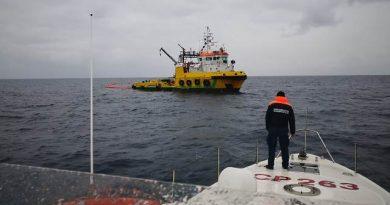 Guardia Costiera:ESERCITAZIONE ANTINQUINAMENTO MARINO IN ALTO MARE A LARGO DEL PORTO DI BRINDISI.