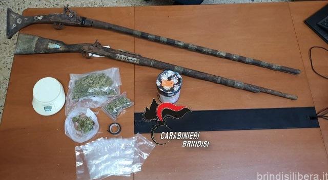 Oria. Detenuto domiciliare in casa con 100 grammi di marijuana e due fucili privi di matricola, arrestato.